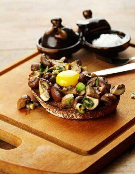 Speltbrood, Walcorn of een Volkoren boterham als toast, en heerlijk met dat sausje van eigeel! Als je geen zoet ontbijt lust ga dan voor dit hartige!( of als lunch)