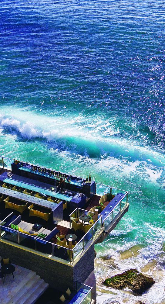 【H.I.S.】【Bali】バリ島のアヤナリゾート&スパにあるロックバー。バリ島の大自然を活かしたダイナミックなロケーション。夕陽に照らされた姿もまた格別! #his_blue