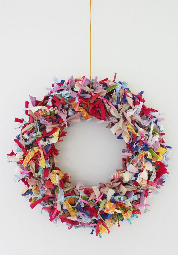 Wie denkt dat je alleen met Kerst of Pasen een krans kunt maken, heeft het mis. Want een kleurrijke variant is juist heel leuk om in de lente of zomer te maken. En maak je 'm samen met kinderen, dan is 'ie nog sneller klaar. Snel op zoek naar restjes stof!Benodigdheden:• Allerlei restjes stof (oude T-shirts, zakdoekjes, lapjes, lint enz.)• Stofschaar• Krans van wilgentakken• Lang touw of lintZo maak je de zomerkransKnip strookjes stof van ca 1 cm breed x 10 cm lang. Als je T-shirt stof…