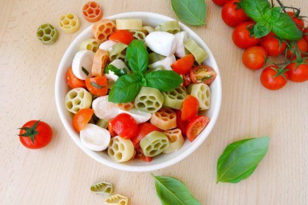 Insalata di pasta tricolore con pomodoro e mozzarella