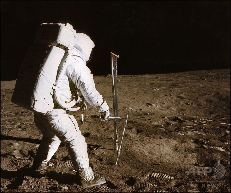 アポロ11号(Apollo XI)のニール・アームストロング(Neil Armstrong)船長が撮影した、月面上で実験を行うエドウィン・オルドリン(Edwin Aldrin)宇宙飛行士(1969年7月21日撮影)。(c)AFP ▼12Oct2014AFP|【特集】地球の衛星「月」 ─ 月食、アポロ計画、スーパームーン http://www.afpbb.com/articles/-/3028525