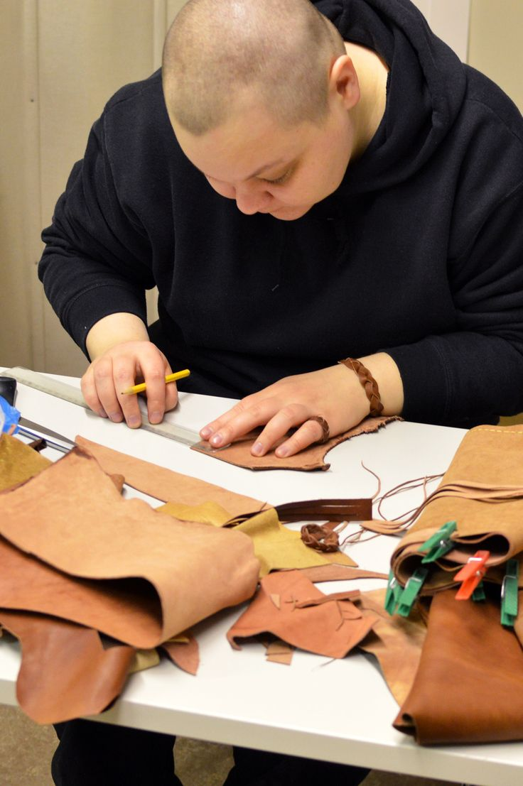 Pohjois-Pohjanmaan museossa saattoi seurata, miten valmistettiin nahka-asuja.