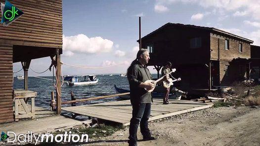 Στίχοι: Γιώργος Ιατρίδης Μουσική : Παντελής Σπύρου Τζουράς : Παντελής Σπύρου Κιθάρες : Κωνσταντίνος Υφαντής Τσέλο : Άννα Λιόκα Lyrics: Μόνος στο έρημο νησί ο μόνος φίλος μου με έχει κάνει πέρα κι ο μόνος γείτονας δε λέει καλημέρα πίσω απ το τζάμι με κοιτάζει το πρωί Μόνος στο έρημο νησί βλέπω τον κόσμο από δυο εφημερίδες και τη σιωπή μου ξεφυλλίζω στις σελίδες νιώθω να χάνω και τη λίγη αντοχή Μόνος στο έρημο νησί μία φωνή έστω μια κόρνα αυτοκινήτου να καταλάβω την ανάσα κάποιου τρίτου πάντα…