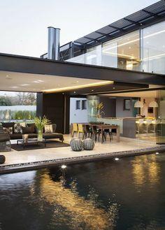 Casa moderna, com cozinha, sala de estar e sala de jantar integradas e amplas com muito conforto e próxima à natureza.
