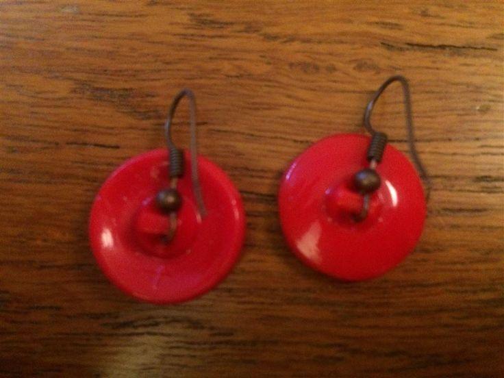 Snygga örhängen av gamla knappar.