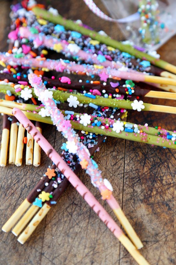 Pocky Sticks (how to decorate them) Choco, strawberry and matcha! http://www.pickledplum.com/pocky-sticks-decorate/ #pocky #japan #snack #food #sweets #kids #cookies #chocolate #japanese