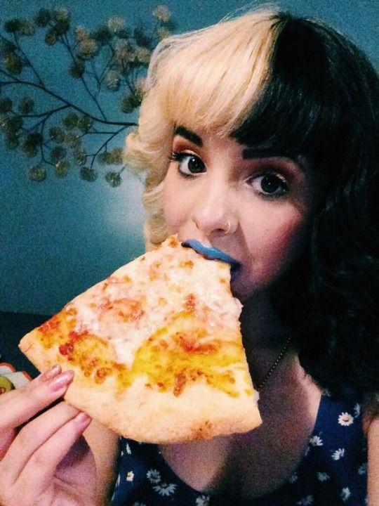 Melanie <3 Martinez. I just love pizza and bathroom photography uhh <3.