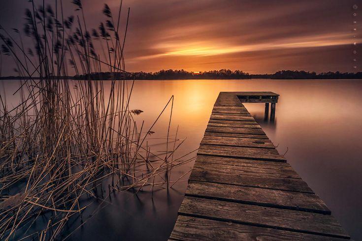 """""""Düşler hüzünlü bir sonbahar akşamında göl kıyısına taşıdığın geçmişinin sudaki yansımalarından ibaretler.. Ne kadar sığ o kadar derin, ne kadar sıcak bir o kadar serin, ne kadar kendinden geçerse geçsin yüreğinin sazlıklarından kalma ruhundaki tüm kesiklerin. İzi de kalsa geçmiş senin, batacak da olsa sonraki gün doğan tüm sevdalar benim. Sen yine dönersin, ben ölmüş olurum o gölün derinlerinde. Tüm inatlarımız gibi, gece ve gündüz de birbiriyle içiçe girdiğinde sadece yekpare ve eşsiz!""""…"""