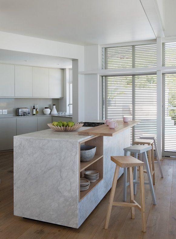 Une cuisine entre bois et marbre blanc pour de la douceur