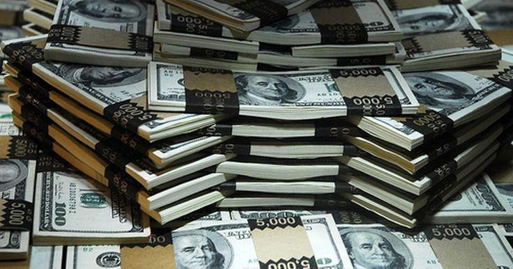 Cómo convertirse en millonario en un año. El sueño definitivo de la mayoría de los estadounidenses es tener suficiente dinero en el banco para hacer lo que quieran, sobre todo cuando se jubilen. A pesar de que 1 millón de dólares no sirve para tanto como antes, todavía coloca a una persona en un club de élite. Para convertirte en un millonario en un año, tendrías que ganar 83.333.33 ...