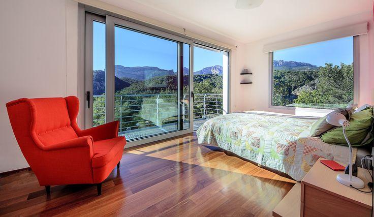 Slaapkamer boven met fantastisch zicht op de indrukwekkende omgeving.