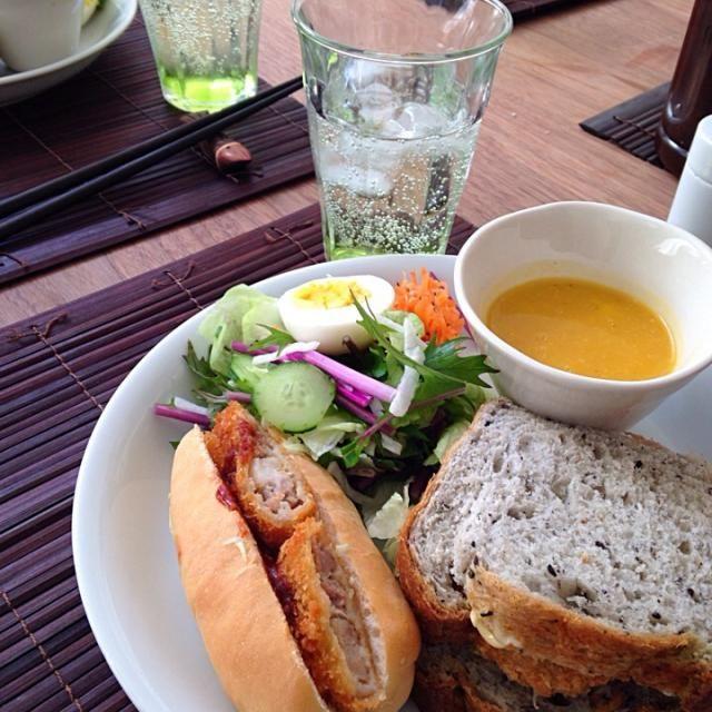 先日 お友達のお家におじゃま〜 なんちゃって ケータリングでランチ‼️  近くのお肉屋さんで、コロッケと豚カツを買って 前日に仕込んだ ゴマ食パンとドックぱんにはさんだ サンドイッチ。 スープは残り野菜のポタージュスープ。 紫の水菜を発見したので、そちらはサラダに。 あとは いつもの人参サラダ。 みんな よろこんでくれたみたいなので うれしかった〜 - 42件のもぐもぐ - お友達のお家でお持込みランチ〜 by gurimoco