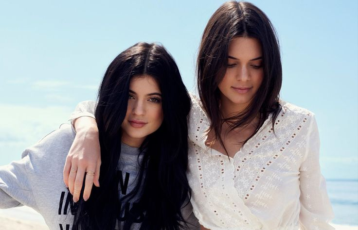 Las hermanas Jenner siguen conquistando al mundo entero, esta vez con una colección cápsula de aires californianos en colaboración con Topshop. ¡Descúbrela!