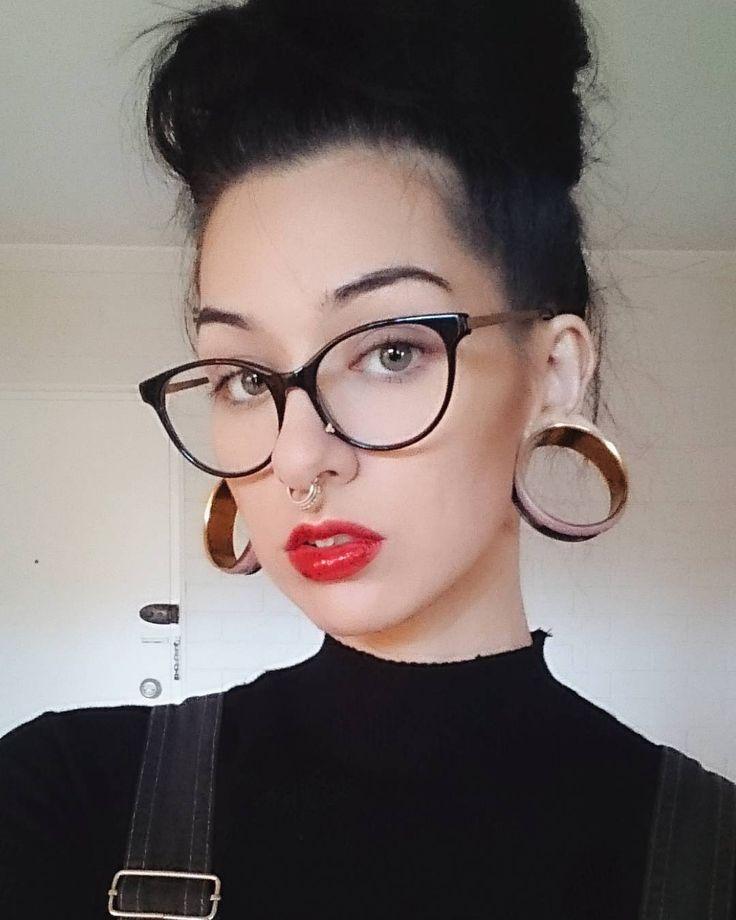 Девушки с проколотым носом в очках
