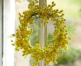 Golden yellow mimosa flowers make a spring wreath to liven even the darkest of days #yellow