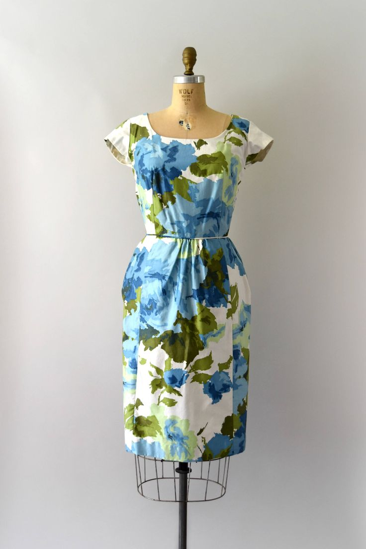 Prachtige vintage jaren 1950 jurk, vette blauwe en groene aquarel bloemen katoen, scoop nek, afgetopte mouwen, ingerichte design, verborgen voorzakken, terug metalen ritssluiting.   ---M E EEN S U R E M E N T S---  Pasvorm/grootte: S  Bust: 36 Taille: 25 Heupen: 40 Lengte: 41  Maker/merk: Mr. Dubby Voorwaarde: Uitstekende, nieuwe oude voorraad  - - - - - - - - - - - - - - - - - - - - - - - - - -  Instagram: sweetbeefinds Facebook: sweet bee vindt vintage