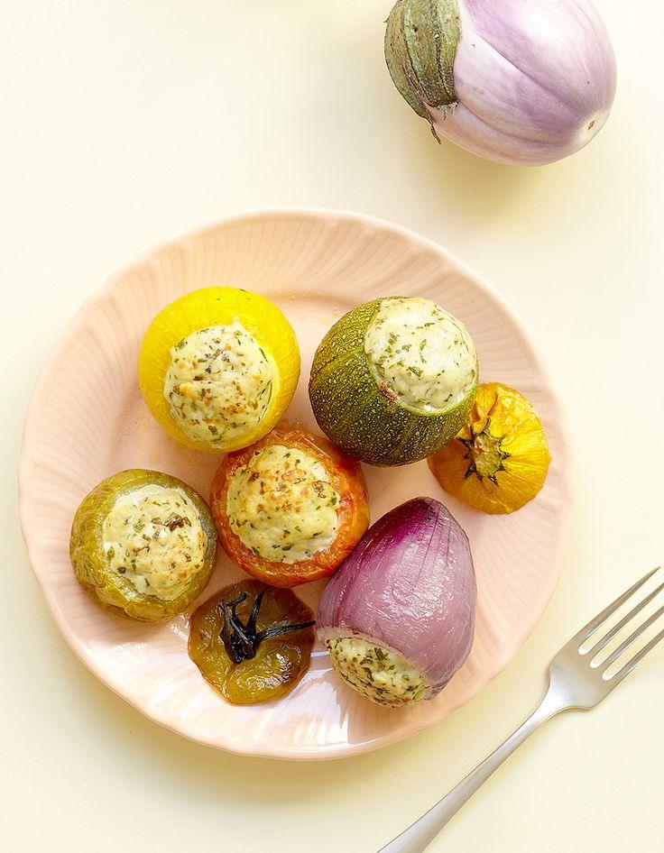 Recette Petits légumes farcis au poulet : Faites précuire 10 mn à la vapeur 1 courgette ronde jaune et 1 verte, 2 tomates, 2 petites aubergines, 2 oignons ro...
