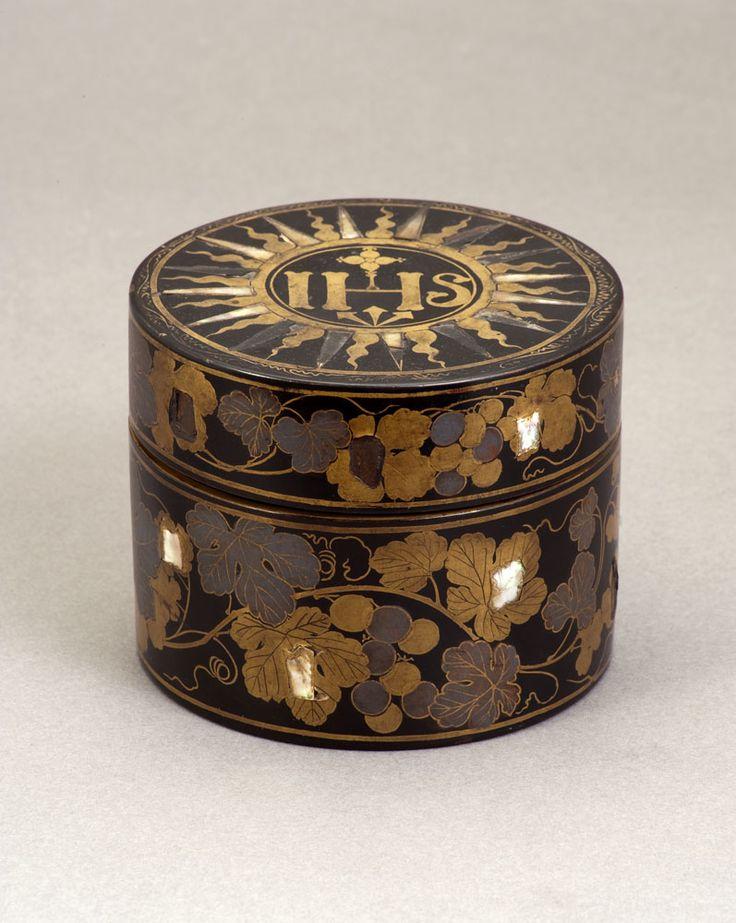 Rice cake box  Na minha opinião, poderá ser uma píxide (de transporte) em laca negra, madrepérola e ouro estilo Namban do séc.:XVI, período Momoyama  visto ter na tampa a inscrição da Companhia de Jesus (IHS).