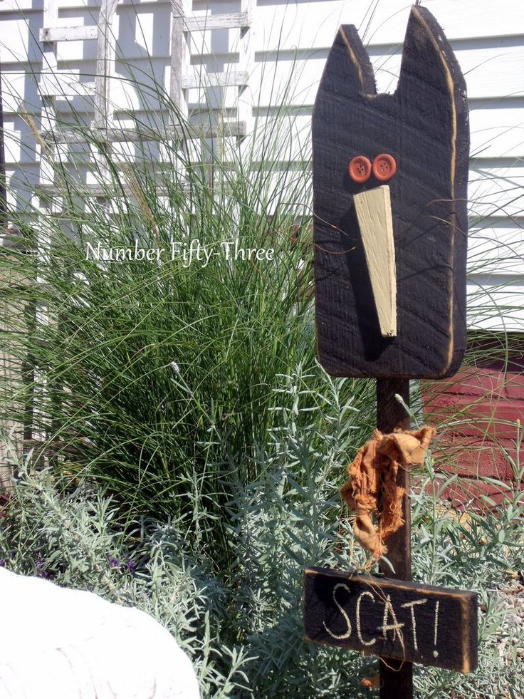 Primitive Fall Decorating Outside | This wooden primitive cat was a gift from my Mom last autumn.