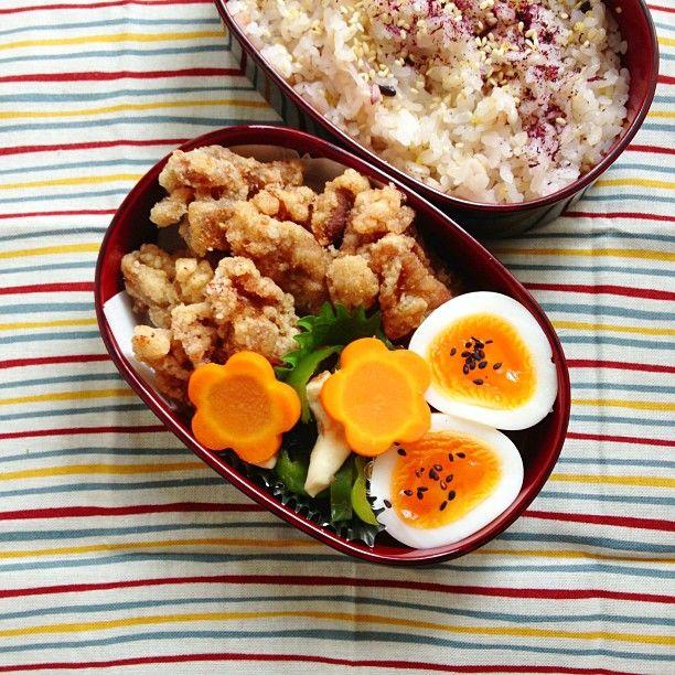 弁当  ・豚竜田揚げ  ・ゆで玉子、花にんじん  ・ピーマンうめ海苔和え  ・雑穀米+ゆかり
