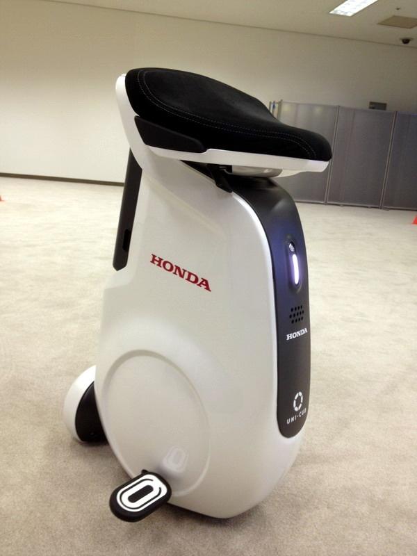 これがUNI-CAB。電気湯沸かし器のようなカタチですが、見慣れてくるとペンギンにも見えなくない? 誰も乗っていないのにちゃんと自立しています。