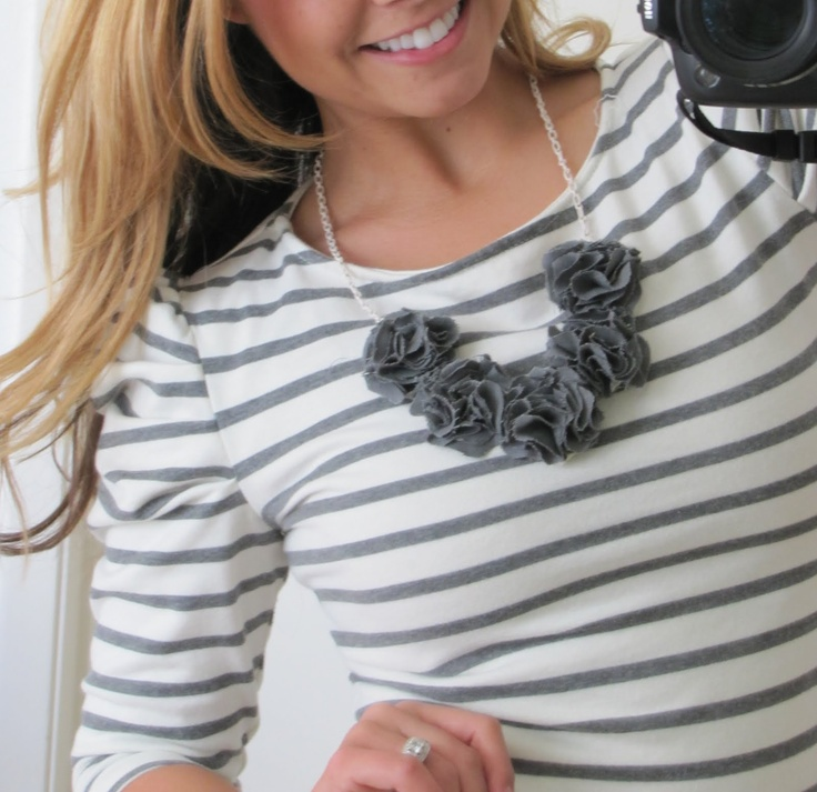 Little Miss Momma's bib necklace (tutorial http://littlemissmomma.blogspot.com/2010/12/pom-pom-bib-necklace-tutorial-lmm.html) ADORABLE! #necklace #jewelry #DIY