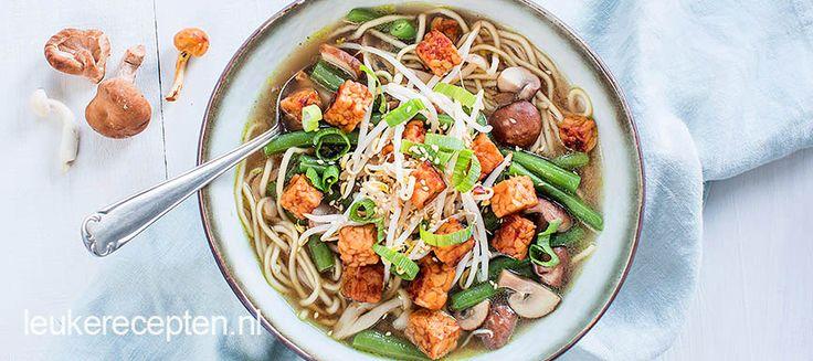Aziatische soep met sperziebonen en paddenstoelen en krokante tempeh.