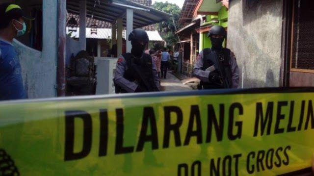 Solo - Aparat Densus 88 Antiteror Polri juga menggeledah rumah terduga teroris Yasir (30), di K...