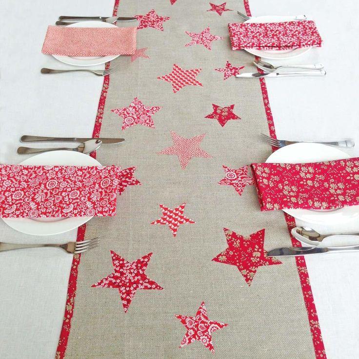 Ein selbstgemachter Tischläufer für Weihnachten lässt die Weihanchtstafel gemütlich und festlich aussehen und schafft ein warmes Ambiente.