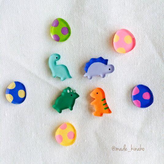 小さくなるとこんなにかわい!カラフルな恐竜たちのピアスです。お好きな恐竜を一匹選んでください。たまごの色はランダムです。裏面はニス→レジンで加工してます樹脂ピアス、イヤリング変更可能[サイズ]たまご1cm恐竜約1.3cm[素材]プラバン、アクリル絵の具、ニス、接着剤