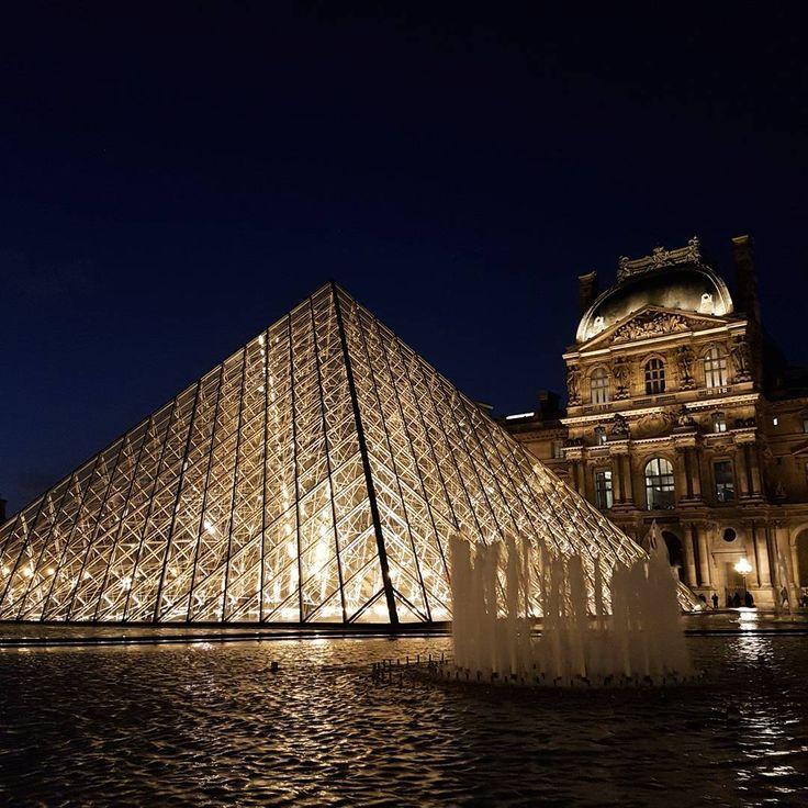 """その価値は100万ドル以上?思わずため息が漏れる""""世界の美しすぎる夜景""""20選  フランスの「ルーブル美術館」です。世界三大美術館の1つとして世界中から多くの観光客が訪れ、世界的名画である""""モナリザ""""など多くの美術品を所有・展示しているルーブル美術館ですが、その特徴的なガラス張りの建築物は夜になると内側からライトアップされ、周囲の趣のある建物とともに幻想的な光景を作り上げます。"""