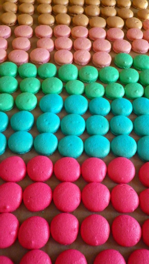 """Liens utiles: – Toutes mes recettes de macarons – Conseil et Astuces pour réussir vos macarons – Comment apprivoiser son four {ou comment bien cuire ses coques de macarons} ? –Macarons ratés ! Pourquoi ? Conservation des macarons Voilà une question que l'on me pose souvent et qui est très délicate: """"Combien de temps puis-je …"""
