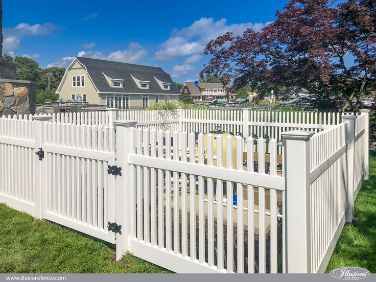 White Vinyl Fence With A Small Raised Border Very Cute And Clean Backyard Fences Backyard Privacy Backyard Landscaping Designs