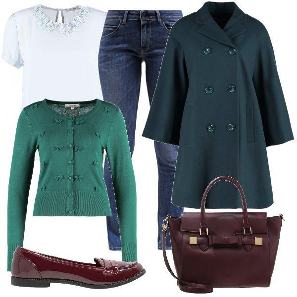 Un outfit bon ton composto da jeans slim fit, blusa dal colletto romantico, cardigan con scollo rotondo e cappotto a trapezio con tasche anteriori color petrolio. In contrasto le scarpe e la borsa a mano color Borgogna.