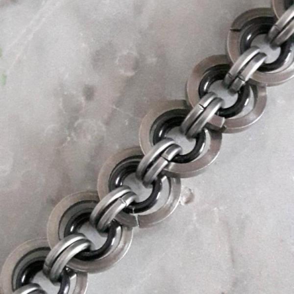 Bijzondere chainmail herenarmband is gemaakt van grote en kleine rvs maliën van vierkante draad, in combinatie met zwarte aluminium ringen. € 18,50 Koop nu!