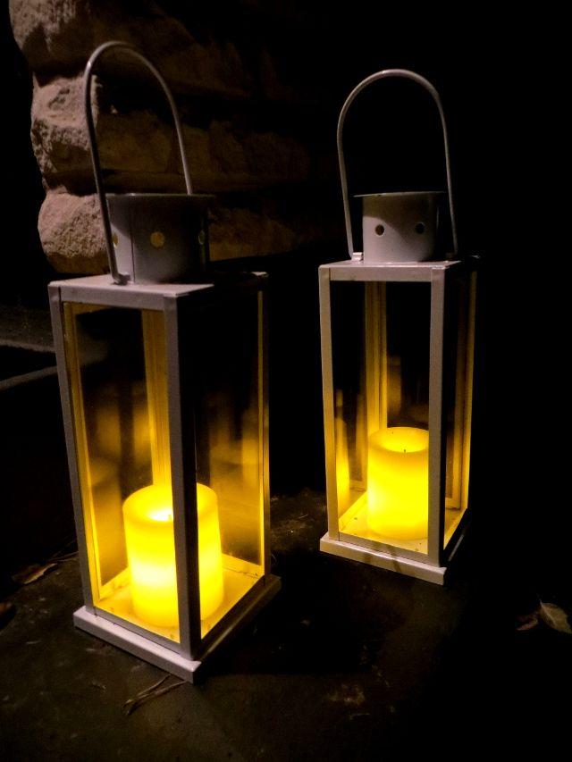Eco-friendly garden lighting: led candles that automatically light up when it's dark and solar power garden lights. Pimeällä syttyvät puutarhavalaisimet: ajoitetut led-kynttilät ja aurinkokennovalaisimet.