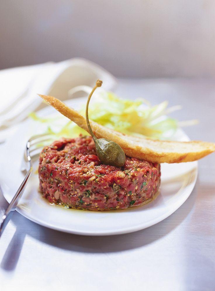 Recette de tartare de boeuf classique de Ricardo. Recette rapide d'entrée à la viande crue, cuisine du monde. Dans un bol, mélanger la vinaigrette, le boeuf haché, l'échalote, le jaune d'oeuf et le persil.