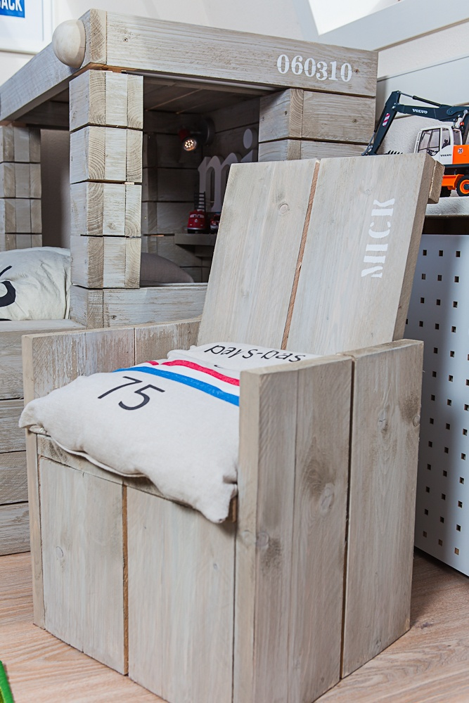 - Trainbed made from scaffolding-wood    - Treinbed gemaakt van steigerhout