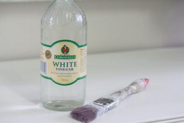 Nettoyer pinceaux avec vinaigre blancTrempez les vieux pinceaux en nylon dans du vinaigre blanc chaud pendant 30 min. Le vinaigre va enlever la peinture et ramollir les poils. Ensuite, lavez-les dans de l'eau chaude savonneuse en les brossant pour enlever la peinture restante. Rincez les pinceaux à l'eau et laissez-les sécher. Et voilà, ils sont comme neufs !