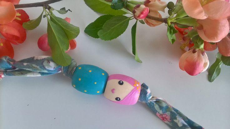 V+jarních+květech+schoulená+I.+přívěšek+z+ručně+malovaných+dřevěných+korálků+délka+obou+korálků+4+cm