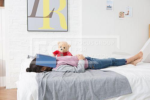 여자 어린이 411,PHO383, 프리진, 사진, 여자, 어린이, 에프지아이, 컨셉, 프리진, PHO383, PHO383f, 사람, 어린아이, 아이, 여성, 여자아이, 여자어린이, 초등학생, 어린, 소녀, 귀여운, 동양인, 아시아, 대한민국, 한국인, 1인, 한명, 스튜디오, 실내, 침실, 침대, 베개, 이불, 푹신한, 기대있는, 편안한, 여유로운, 책, 덮고있는, 인형, 누워있는, 얼굴, 가리고있는, 잠든 #유토이미지