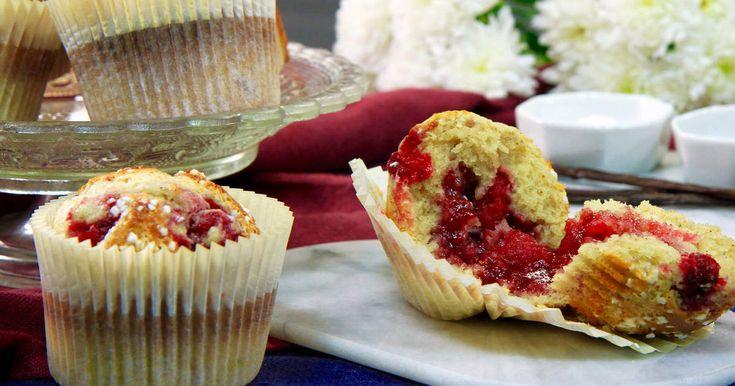 Saftiga vaniljmuffins med hallongömma och pärlsocker. Superenkla att baka, ännu enklare att äta upp.