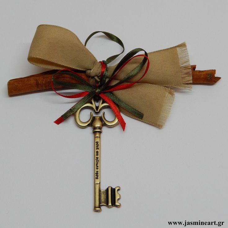 Κλειδί Ευχών με κανέλα  Όμορφο και φινετσάτο γούρι κανέλα που συνοδεύεται από μπρονζέ  κλειδί ευχών, με κορδέλες από λινό και σατέν ύφασμα. Τιμή: 5.00 €