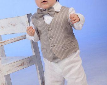 Abito di lino naturale ragazzo bambino include SET di 4: -Gilet -Pantaloni -Camicia -Papillon  Il gilet è fatto di lino a righe ed è completamente foderato in cotone. Papillon e pantaloni sono realizzati in lino avorio. Pantaloni viene in elastico in vita regolabile con bottoni. Papillon è pre-legato con una chiusura regolabile a Velcro sul retro. La camicia fatta di lino bianco. È possibile ordinare breve o camicia a maniche lunghe, se non specificato, si farà una manica lunga come si vede…