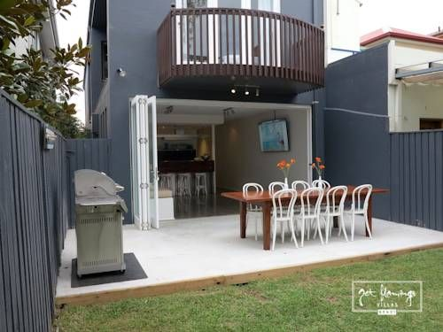 The 7-bedroom Jet Flamingo #hotel has a lovely balcony, a patio and a full kitchen. No wonder everyone falls in love with this amazing villa in #Sydney!