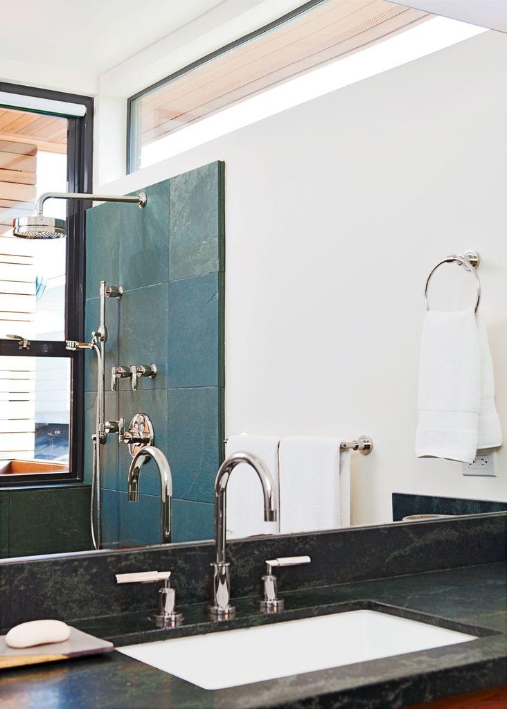 Даже из ванной комнаты открывается вид на океан через узкое окно.  (пляжный,индустриальный,лофт,винтаж,стиль лофт,индустриальный стиль,современный,архитектура,дизайн,экстерьер,интерьер,дизайн интерьера,мебель,ванна,санузел,душ,туалет,дизайн ванной,интерьер ванной,сантехника,кафель) .