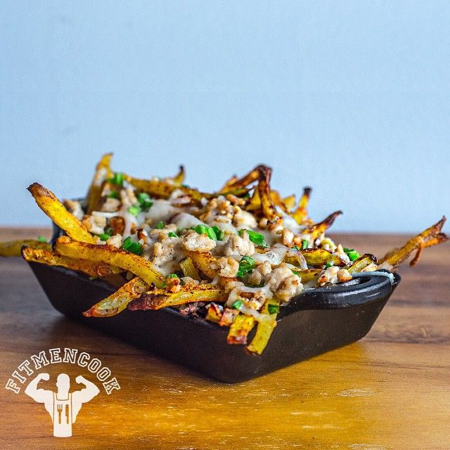New budget meal >> #Postworkout chipotle chili turkey cheese fries! 🙌 Lean protein, heart-healthy complex carbs and low fat - great to recover from a workout OR to enjoy for your next game day, like watching the mighty Cowboys of Dallas go all the way to the Superbowl. Easy to customize for bulking OR shredding. Click the link in my profile to get this #recipe exclusively on @bodybuildingcom, and 5 other winter #comfortfood recipes! Tag someone who needs a new way to eat red potatoes…