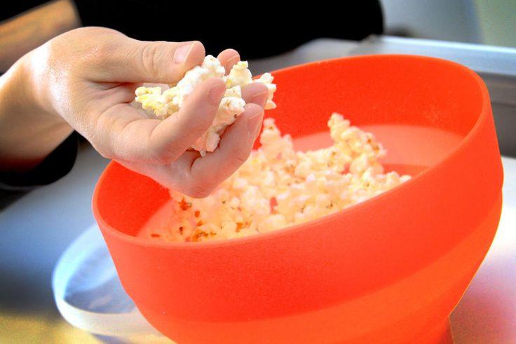 LØST POPCORN I MIKROEN: Med Lékué PopCorn Maker kan du poppe vanlig, løst popcorn i mikrobølgeovnen, med eller uten olje. Og det fungerer! (Foto: OLE PETTER BAUGERØD STOKKE)