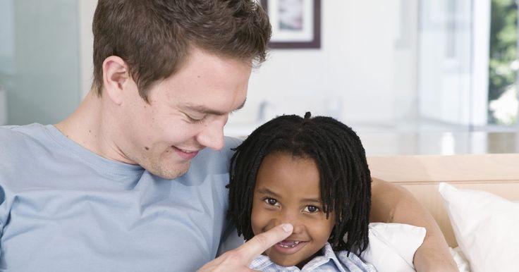 Cómo averiguar si soy adoptado. Hace algunas generaciones muchas adopciones se mantenían en privado. A menudo los padres no le decían a nadie fuera de la familia inmediata que habían adoptado un niño, y muchos ni siquiera lo decían a sus hijos adoptivos. Averiguar si tus padres son tus padres biológicos es fácil si se puede realizar una prueba de ADN. Más tarde en la vida puede ...