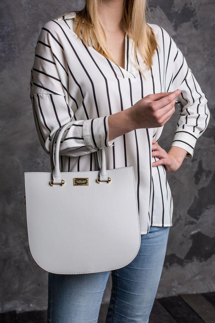 A Thesan táska elegáns, modern és minimalista kézitáska. Egy cipzáras és egy kis zseb található a táskában. Cipzárral zárható, két rövid pántja fix, míg hosszú pántja állítható hosszúságú és levehető.